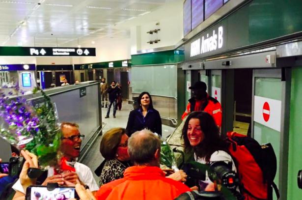 Tamara Lunger und Simone Moro am Flughafen in Mailand
