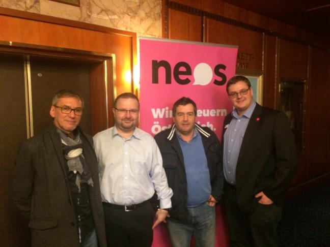 Im Foto von links nach rechts Alois Pirrone vom Forum, Wieland Alge Stell. Landesparteivorsitzender der Neos, Hansjörg Kofler Sprecher des Forums und Florian Kahn Südtirolsprecher der Neos