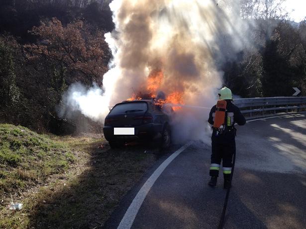 Auto brennt komplett aus (Fotos: FF Auer)