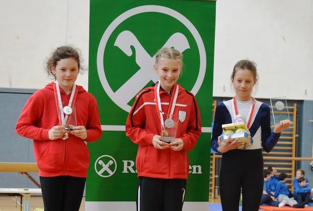 Die drei Erstplatzierten des Jahrgangs 2005: Amelie Kofler (SV Latsch, Platz 2), Lea Riederer (SV Lana, VSS/Raiffeisen-Landesmeisterin) und Nima Gamper (SV Ritten, Platz 3)