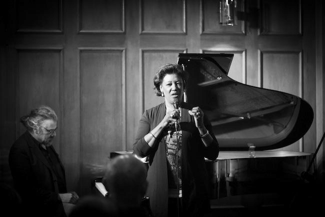 """Carol Alston, die Protagonistin von """"For my Sisters"""" hier mit Michael Lösch bei ihrem Überraschungsauftritt im Hotel Laurin (IDM-Empfang) (Fotos: DPI)"""