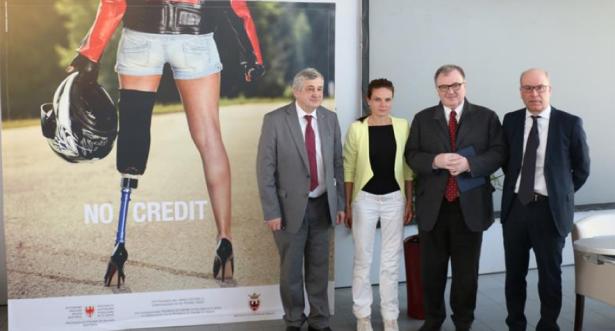 LR Mussner, Doris, LR Gilmozzi und Ressortchef Pagani mit dem neuen Plakatmotiv von No credit (FOTO: Roman Clara)