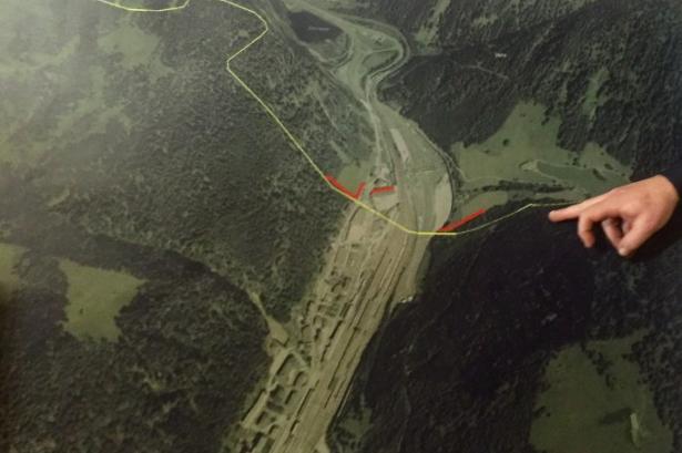 Der Zaun (rot) und der Grenzverlauf (gelb) - Foto: Twitter/Zancan