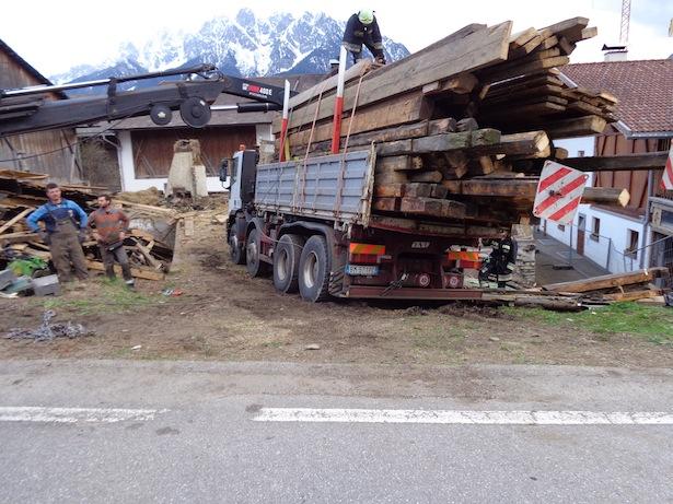Die Bergung des Lkw (Fotos: FF Toblach)