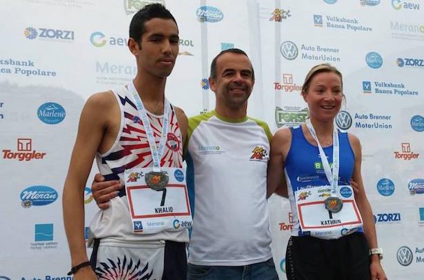 Die Vorjahressieger: Khalid Jbari und Kathrin Hanspeter mit OK-Chef Martin Sanin (Mitte)