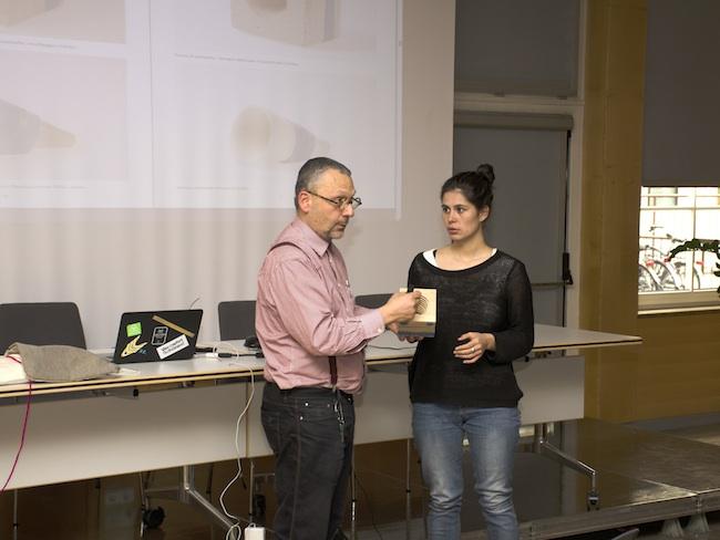 """Kuno Prey und eine Studentin: Die Studierenden entwarfen eine Reihe """"cooler"""" Objekte, die im Technikunterricht realisiert werden können."""