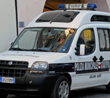 Pflasterstein gegen Polizistin