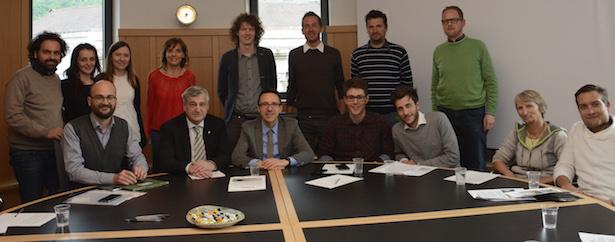 Wohnung und Arbeit für junge Menschen: die Landesräte Christian Tommasini und Florian Mussner mit den Vertretern der drei Landesjugendbeiräte.