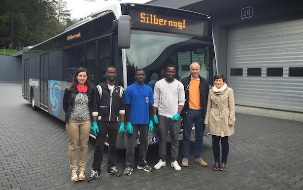 Gemeindereferentin Cristina Pallanch,  Innocent, Sillah und Jerry sowie Markus und Michaela Silbernagl