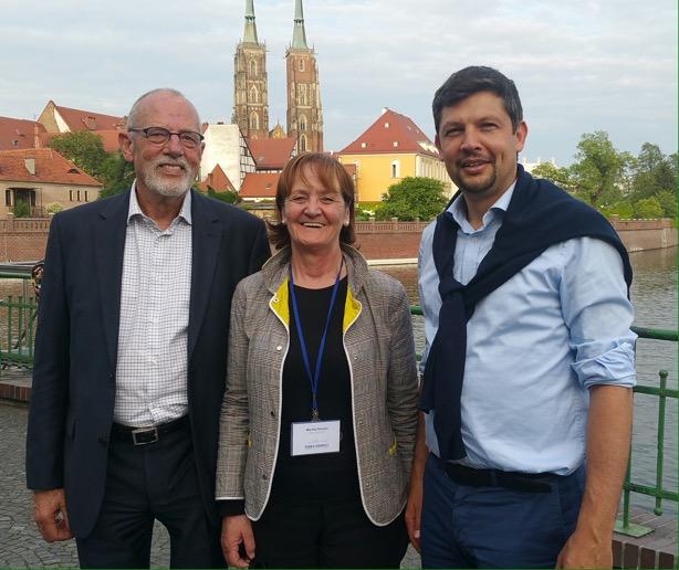 Im Bild v.l.n.r.: der ausscheidende FUEV – Präsident Hans Heinrich Hansen, Landesrätin Martha Stocker und der neue FUEV – Vizepräsident Daniel Alfreider.
