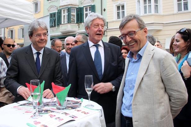 Florian Kronbichler mit Außenminister Gentiloni und Renzo Caramaschi