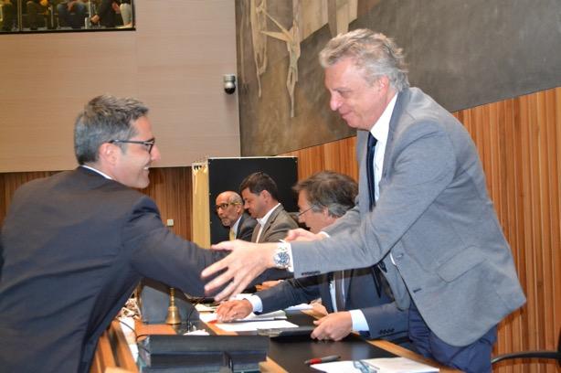 Arno Kompatscher gratuliert Landtagspräsident Roberto Bizzo