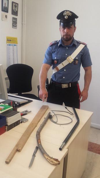 Schlagstöcke und ein Küchenmesser wurden beschlagnahmt