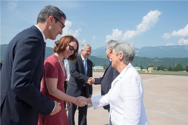 Der Bundespräsident wird am Flughafen von LH Kompatcscher und dessen Gattin begrüßt