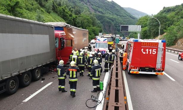 Der Unfall auf der Autobahn (Foto: FF Kardaun)
