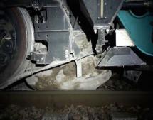 Zug prallt auf Felsen
