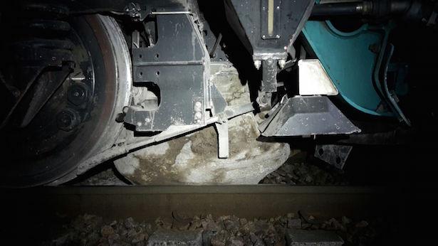 Zug rammt Felsen (Fotos: FF Kardaun/ Karneid)