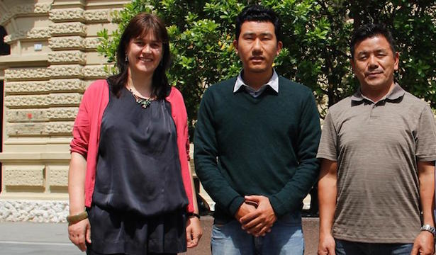 Alexandra Pöder vom Landesamt für Kabinettsangelegenheiten mit den beiden tibetischen Agrartechnikern