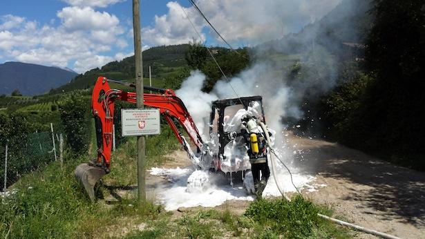 Der brennende Bagger (Foto: FF Brixen)