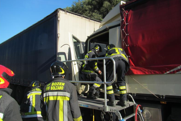 Der Unfall-Lkw (Fotos: Berufsfeuerwehr Bozen)