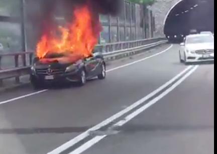 Der brennende Mercedes (Foto: Flocki Flocki)