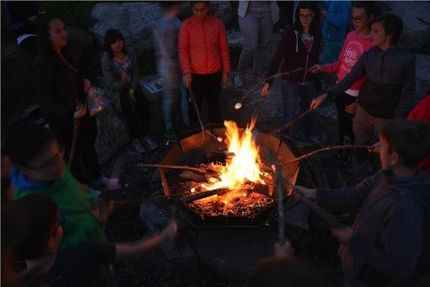 Ein Lagerfeuer gehört zu jedem Sommercamp