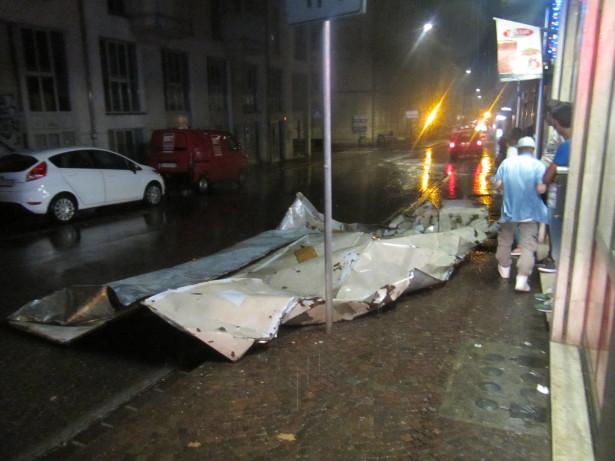 Beschädigtes Dach in der Rosministarße in Bozen (Foto: Berufsfeuerwehr)