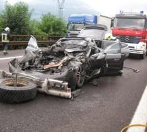 Porsche crasht gegen Lkw