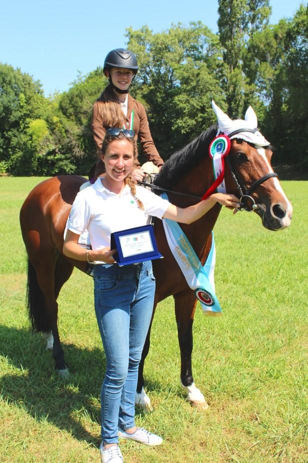 Mery Piazza mit ihrem Pony Pada und der Reitlehrerin Alexia Senoner