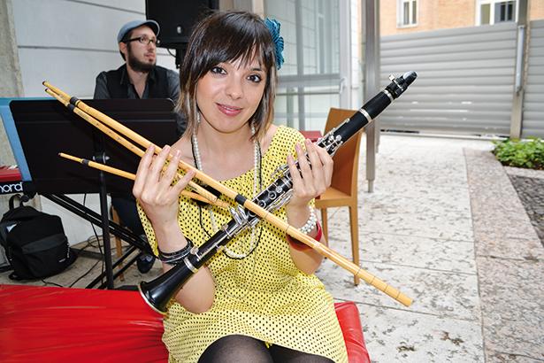 Auf die junge sardischen Musikerin Zoe Pia trifft man am Samstag in Innichen und am Sonntag auf Meran 2000.