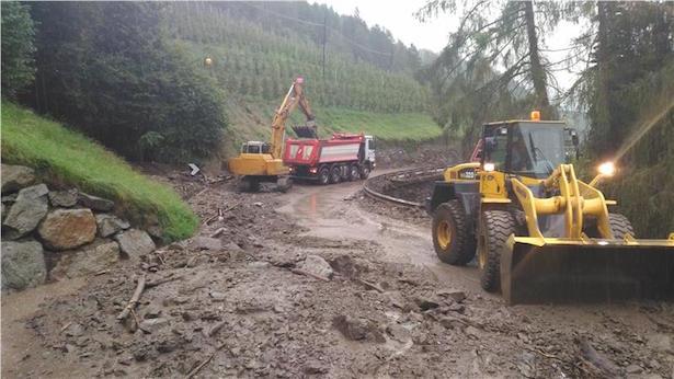 Die Aufräumarbeiten nach den Murabgängen zwischen Riffian und Kuens sind im Gange. (Foto: Landesstraßendienst)