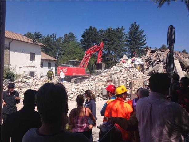 Auch viele Schaulustige verfolgen die Bergungsarbeiten- und Aufräumungsarbeiten im Erdbebengebiet