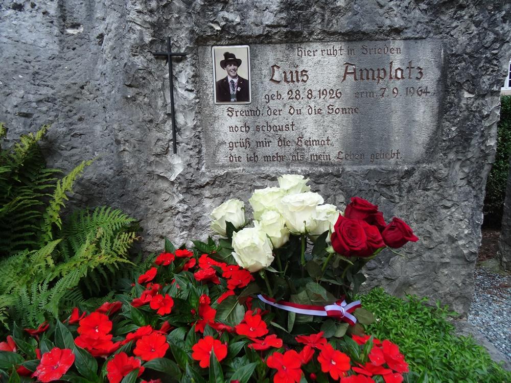 Geburtagsstrauß des SHB für Amplatz an seinem Grab (Foto: Roland Lang)