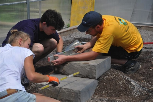Evi Tschager, Felix und Florian Unterhofer beim Treppenbau