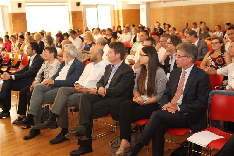 Zahlreiche Direktoren und Vertreter der Landesverwaltung nahmen an der heutigen Eröffnungskonferenz zum neuen Bildungsjahr teil. Foto: LPA/Thomas Summerer
