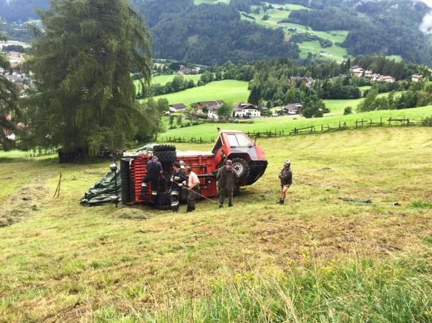 Der umgestürzte Lader (Foto: FF Thuins)