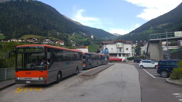 Die beiden vorderen Busse fahren drei Mal täglich auf den Jaufenpass und zwei weitere Male bis Waldboden (die Passstraße sieht man auf dem Berg im Hintergrund)