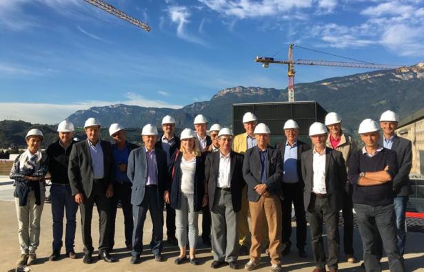 Eine Delegation besichtigt die Baustelle der neuen Klinik.