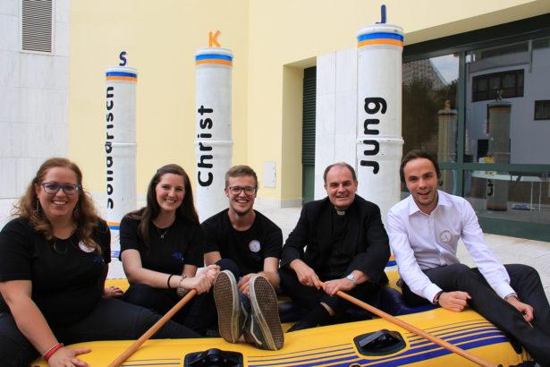 Foto 1: Die SKJ Landesleitung (v. l. Filippa Schatzer, Sonja Gruber und Thomas Jöchler) mit Bischof Ivo Muser und Landesrat Philipp Achammer