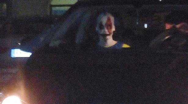 Der in Klausen fotografierte Horror-Clown (Foto: TAGESZEITUNG)