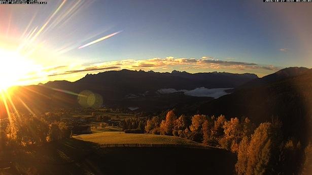 Der Sonnenaufgang über den Dolomiten –im Eisacktal sieht man noch den Frühnebel (Foto: Peterlin/twitter)