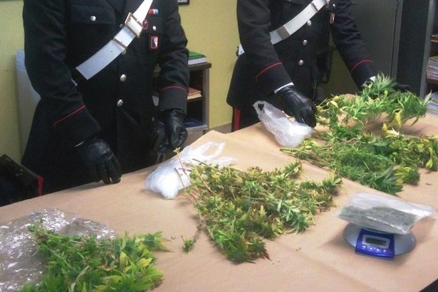 i-carabinieri-di-bressanone-con-la-droga-sequestrata