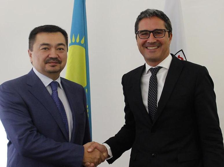 Kasachstan und Südtirol - weit weg voneinander und doch mit Gemeinsamkeiten. Im Bild: der kasachische Botschafter Nurtayev und LH Komptascher. Foto: LPA/mb