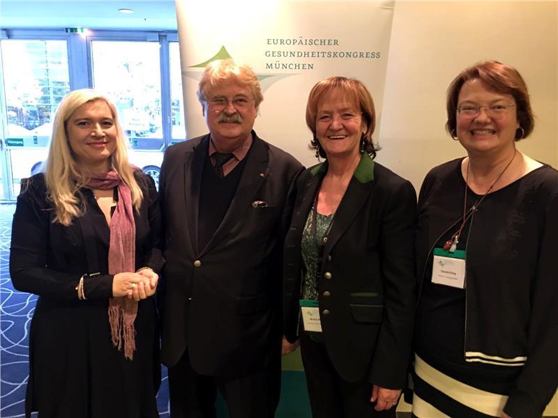 Landesrätin Martha Stocker (3.v.l.) mit Ministerin Melanie Huml, MEP Elmar Brok und der Organisatorin des Gesundheitskongresses Claudia Künig in München