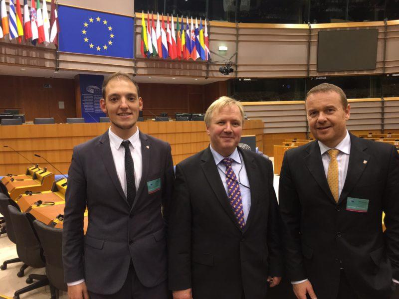 Auf dem Foto: Andreas Pöder und Stefan Taber mit Arne Gericke