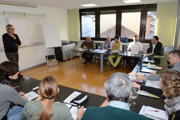 Vertretern der Jugendorganisationen, Jugenddienste und Jugendzentren sowie des Landes arbeiten gemeinsam am Leitbild der Jugendarbeit.