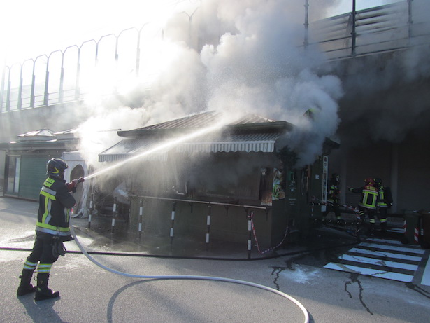 Imbissstand in Brand (Foto:  BF Bozen)