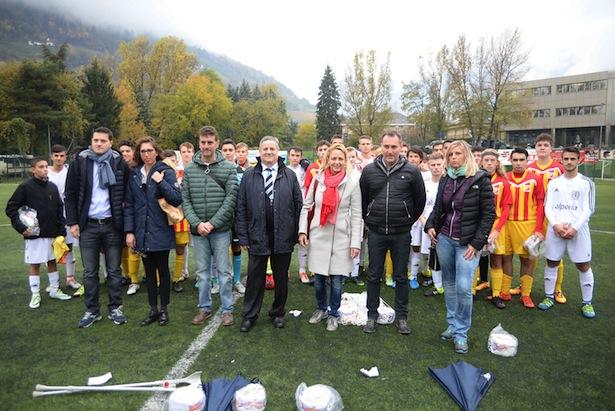 Die Verantwortlichen von Olimpia Meran mit FIGC-Chef Karl Rungger und den Stadträten Strohmer und Zaccaria und der jungen Schiedsrichterin (Fotos: Olimpia/Acero)