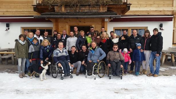 In der Bildmitte v.l.n.r. Südtirols erfolgreichste Rallye-Piloten Bernd Zanon und Florian Zelger, am Boden in der Hocke zwischen den Rollstuhlfahrern Oswald Ninz (HandiCar), Martin Telser (Dachverband für Soziales und Gesundheit) und Roland Reiterer (HandiCar)