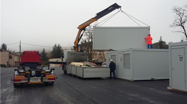 Präzisonsarbeit beim Positionieren der Container in Norcia. Foto: LPA/Agentur für Bevölkerungsschutz/Andreas Simmerle